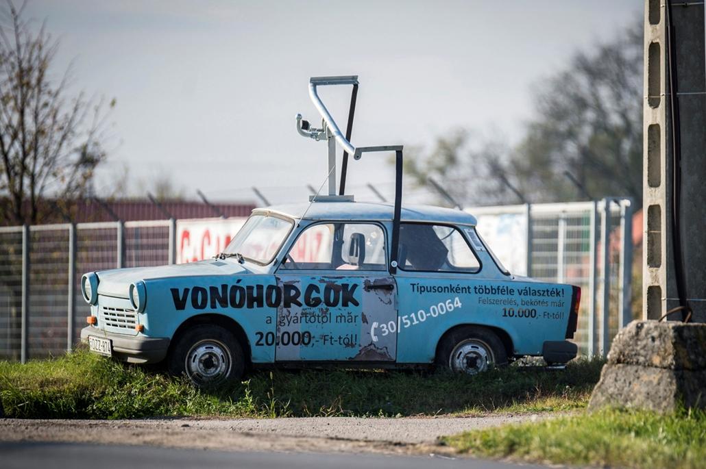 mti.17.11.05.  - Vonóhorgot reklámozó, az út szélén álló Trabant Kecskeméten, sok Trabant jutott hasonló a sorsra