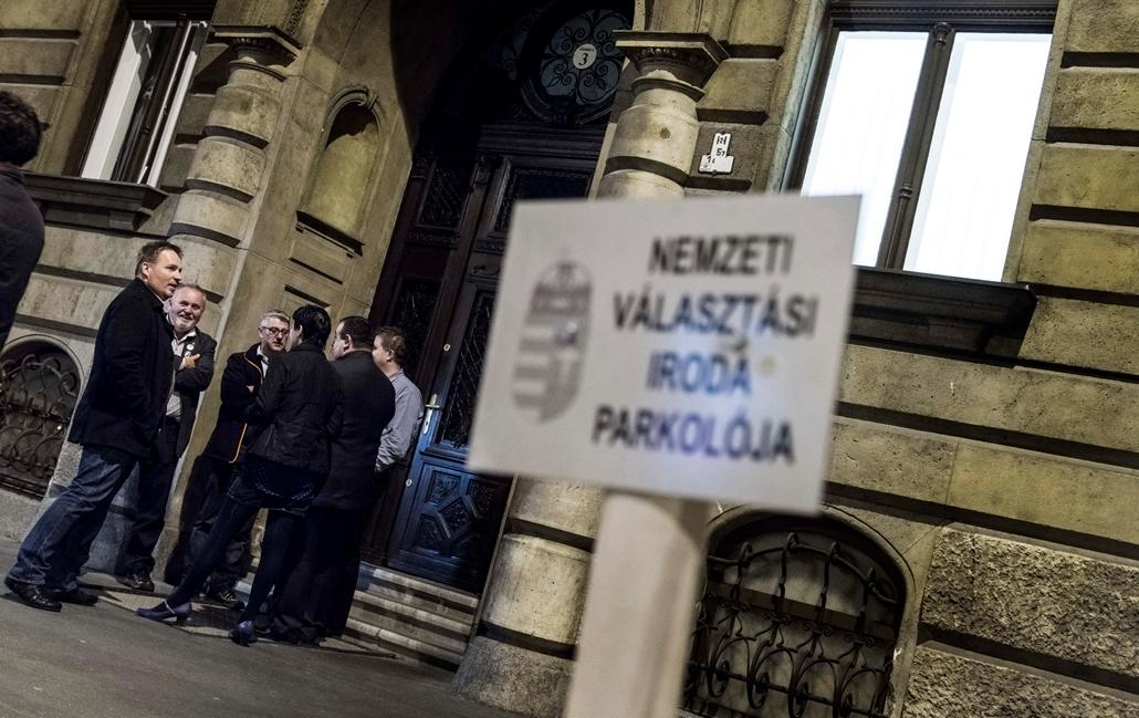 faz.2016.04.04. - MSZP Őrködik a Nemzeti Választási Iroda bejárata előtt, NVI,