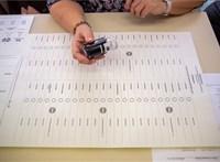 Ajándékot lehetne csomagolni az ország legnagyobb szavazólapjába
