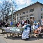 Fotó: Beteg fenyegetőzés miatt volt tele betegekkel a kórházudvar