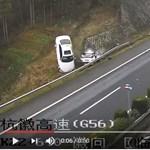 Elképesztő baleset már megint egy autós mobilozása miatt - videó