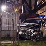 Fotók a súlyos pesti balesetről – teljesen összegyűrődött a kertbe repülő rendőrautó