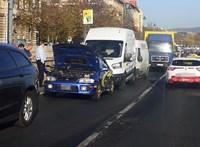 Ráfutásos baleset okozott gigadugót a rakparton