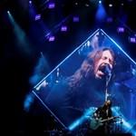 A legjobb anya-lánya program egy Foo Fighters-koncerten a színpadon énekelni