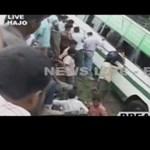 Videó: leszakadt a híd egy busz alatt Indiában