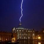 Fotó: a pápa lemondása után villám csapott a Szent Péter-bazilikába