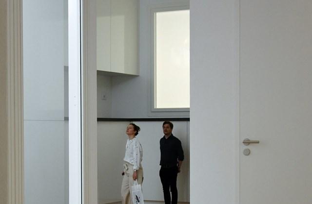 kka.18.05.25. - A 16. Velencei Építészeti Biennále - Az idén Arany Oroszlán-díjat nyert svájci  kiállításon egy tiszta hófehér színű családi ház belsejében lehet kóborolni, ahol a szeszélyesen hol felnagyított, hol lekicsinyített nyílászárók miatt néhol ó