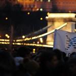 """""""Télirózsás forradalmat"""" hirdettek a diákok a belvárosban"""