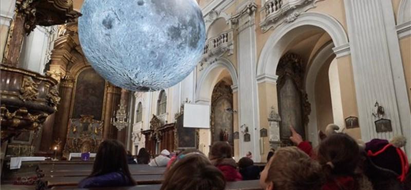 Ilyen, amikor ez hatalmas Hold világít meg belülről egy templomot
