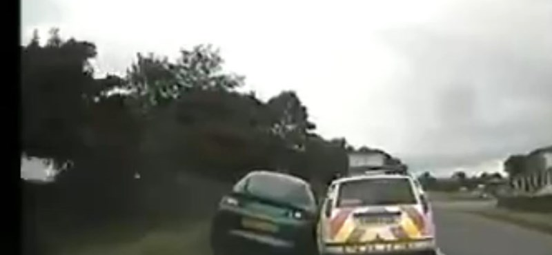 Őrült száguldozót kapcsoltak le a brit zsaruk – videó