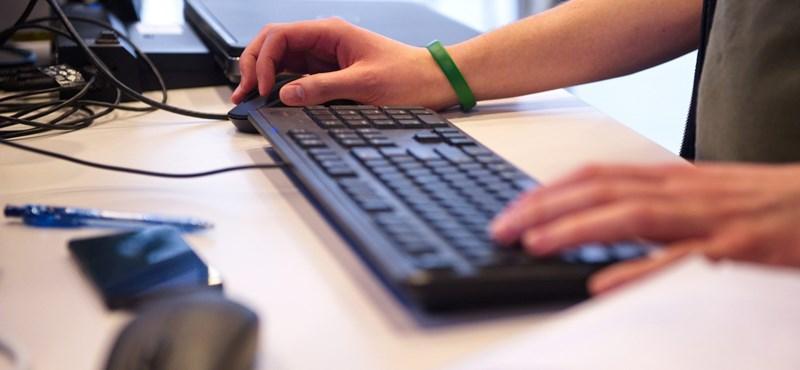 Két héten belül több ezer számítógépet, laptopot és projektort kapnak iskolák