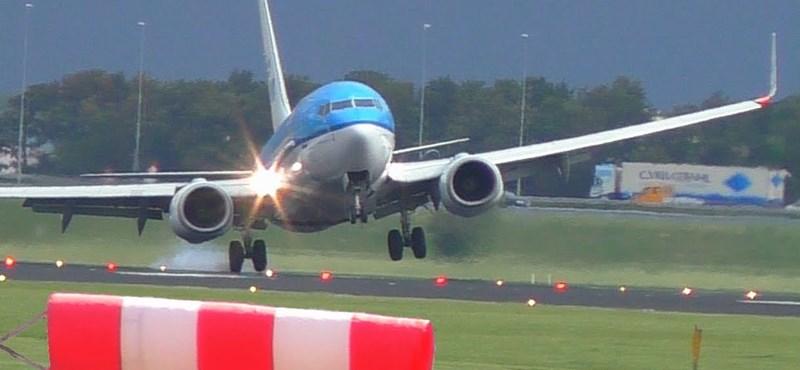 Videó: Akkora szél volt, hogy csak így tudtak leszállni a pilóták az amszterdami repülőtéren