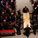 Trump nem ment el Barbara Bush temetésére, Melaniát küldte maga helyett