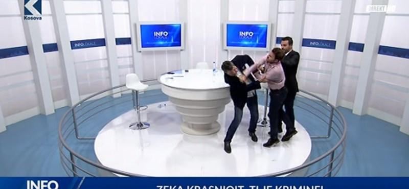 Még, hogy unalmasak a politikia műsorok! Koszovóban élő adásban bunyóztak a képviselők