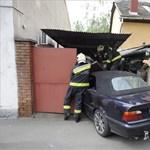 Fotó: garázsba csapódott egy autó
