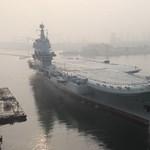 Vízre bocsátották Kína első, saját fejlesztésű repülőgép-hordozóját