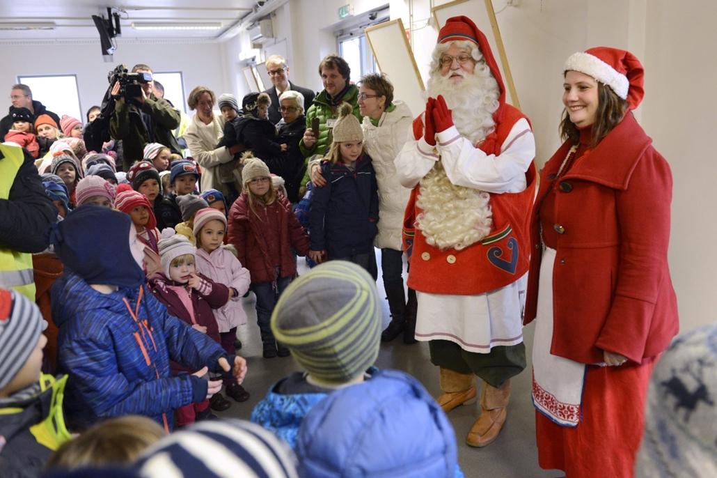 mti.14.12.01. - Joulupukki, a lappföldi Mikulás érkezése után gyerekekkel beszélget a Budapest Liszt Ferenc Nemzetközi Repülőtéren - 7képei