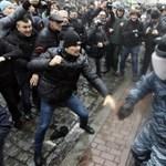 Lehallgató rendőrbusz miatt rágtak be a kijevi tüntetők