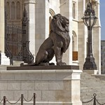Újra a helyükön feszítenek a parlamenti oroszlánok – fotók