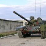 Hány T-72-es tank kell egy kocsi kilapításához? – Tatán kipróbálták (videó)