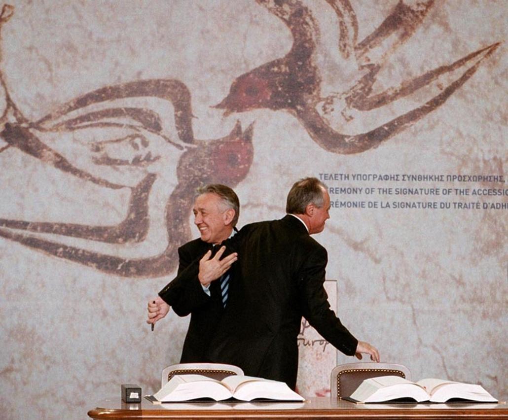 Medgyessy Péter kormányfő és Kovács László külügyminiszter aláírta a Magyarország Európai Unióhoz történő csatlakozásáról szóló okmányt Athénban 2003. április 16-án.
