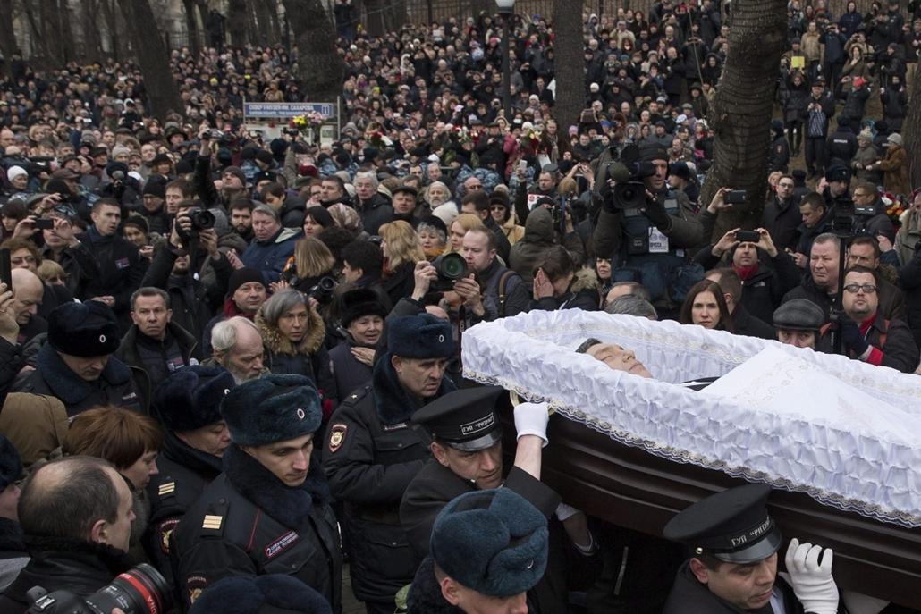 AP_! - márc.16-ig! - 15.03.03. - Borisz Nyemcov volt orosz miniszterelnök-helyettes és ellenzéki vezető koporsója a moszkvai Szaharov Központban rendezett temetésén - 7képei
