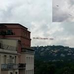 Fotó: repülő húzta a szülinapi jókívánságot Budapest felett