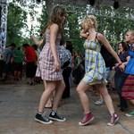 Lelkes tinilányok a VOLT első napján - Nagyítás