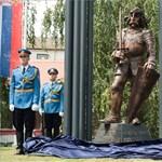 A 80-as évek gyurmafilmjeit idéző Hunyadi-szobrot avattak Belgrádban