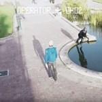 Még a köztéri tóba is belezuhannak az emberek elborult mobilozás közben – videó