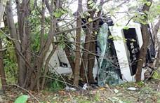 Karambol az 52-esen, egy kamion a fákig csúszott az ütközés után – helyszíni fotók