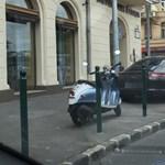 Tucatjával vannak fotók a neten a járdán szabálytalanul parkoló autókról, de tudjuk, mi a szabályos?
