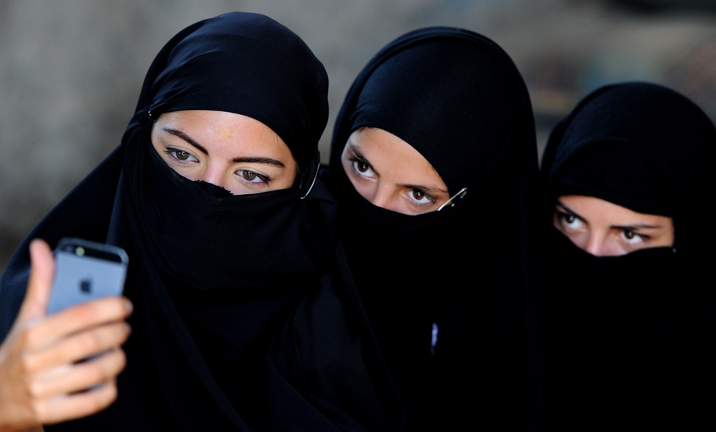afp. a hét képei 0616-0621 - Grúzia, Tbilisi - 2014.06.18. Georgian actors take a picture of themselves wearing veils before taking part in a joint Georgian-US military counterterrorism exercise called Agile Spirit 2014 at the Vaziani military base outsid