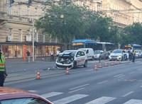 Pizzafutár-autó ütközött össze egy mentővel a Nyugatinál