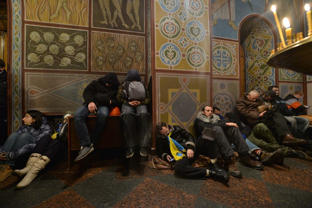 afp. nagyításhoz - ne használd - 2013.12.01. Protesters rest in Mykhaylo Gold Dome cathedral after a rally on Mykhayllivska Square in Kiev on December 1, 2013. The rally was broken up by baton-wielding police who attacked about 1,000 protesters on Indepen