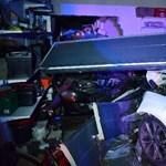 Fotók: Lakószobáig tolt egy kocsit Győrújfalun egy garázsba csapódó autó