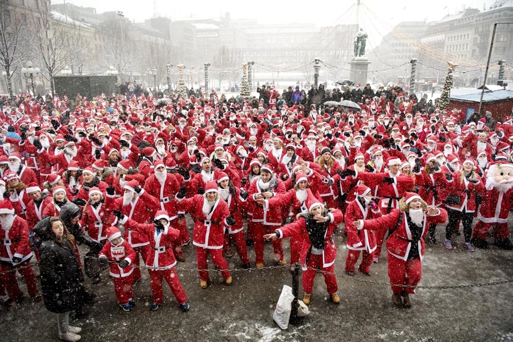 afp.16.12.11. Közel 1500 ember készülődik Svédország fővárosában, Stockholmban a 3km hosszú Mikulásfutásra.