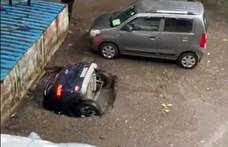 Videóra vették, ahogy egy gödör egészben elnyel egy autót Indiában
