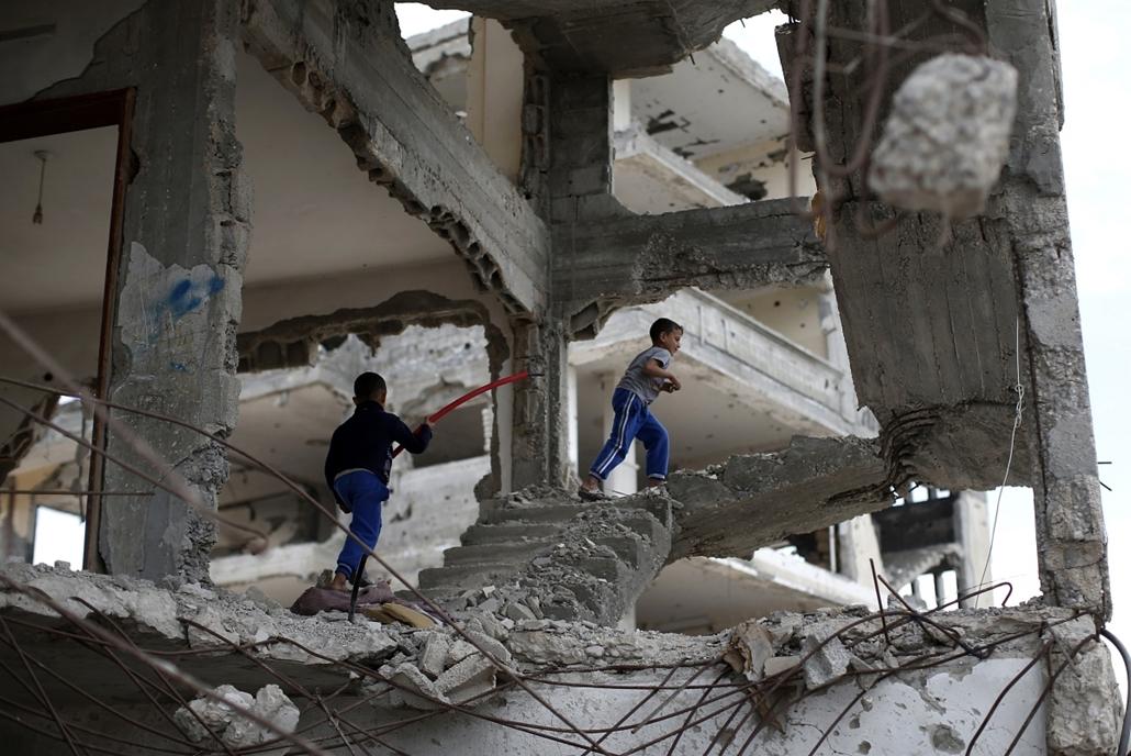 afp.15.05.11. - Gáza: palesztin gyermekek játszanak házuk romjain - 7képei