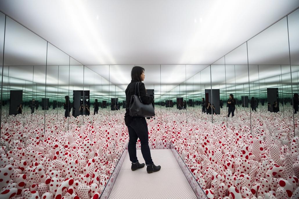 epa.17.03.01. - Washington, USA: Jajoi Kuszama japán képzőművész Infinity Mirrors (Végtelen tükrök) című kiállításának egyik interaktív installációját nézi egy látogató a washingtoni Hirshhorn Múzeum és Szoborparkban. - 7képei