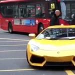 Videó: kifogyott a benzin a Lamborghiniből, úgy kellett arrébb tolni a kereszteződésben