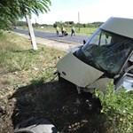 Ketten meghaltak, amikor kisbusz csapódott egy buszmegállóba Nyársapátnál