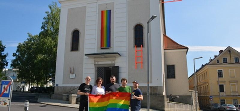 Szivárványos zászlót tűztek egy linzi katolikus templomra - egyházi engedéllyel