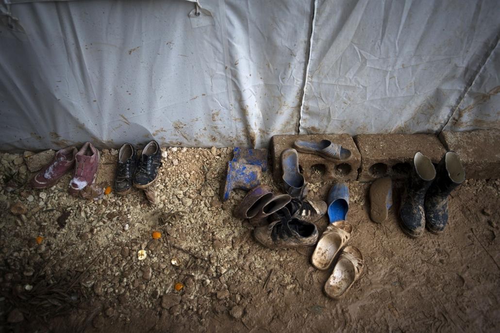 Nagyításgaléria - Egy szíriai menekült család tagjainak cípői a szíriai-török határnál található menekülttáborban.