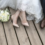 Romantika a Hungaroringen: esküvői ruhában ült F1-autóba a magyar pár