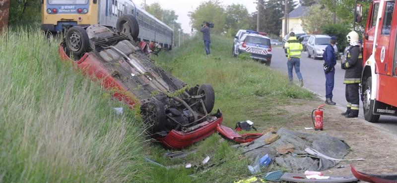 Vonat és autó ütközött – tűzoltók emelték ki a holttestet a roncsból