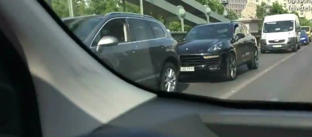 Auto Igy Blokkolta A Lanchidat Az Uzemanyagbol Kifogyo Dzsudzsak Video Hvg Hu