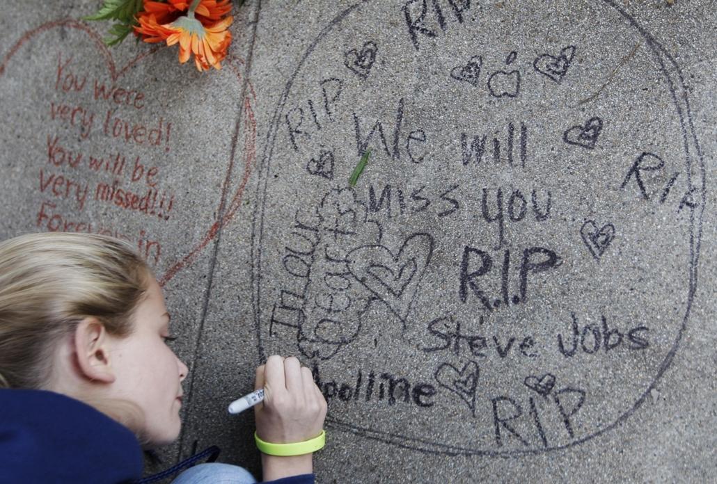 2011. október 5. - egy szomszéd, a 12 éves Apolline Arnaud üzenete Steve Jobs kaliforniai otthonának falán - Steve Jobs évforduló -nagyítás