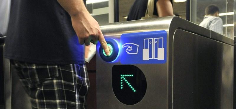 Világváros Budapest: A metró beléptetőkapuit az ellenőr nyitogatja majd az utasoknak