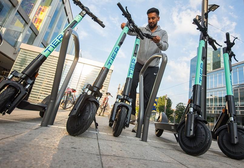 Praktikus a városi e-rollerezés, de tisztában kell lenni a veszélyeivel